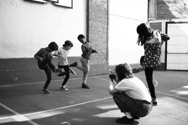 Del libro de texto al vídeo de sexto. Las prácticas artísticas contemporáneas como detonantes de la inversión de roles en la producción de recursos educativos en la educación primaria